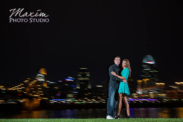 Roebling-bridge-cincinnati-skyline-engagement-photographs-susie-scott-08