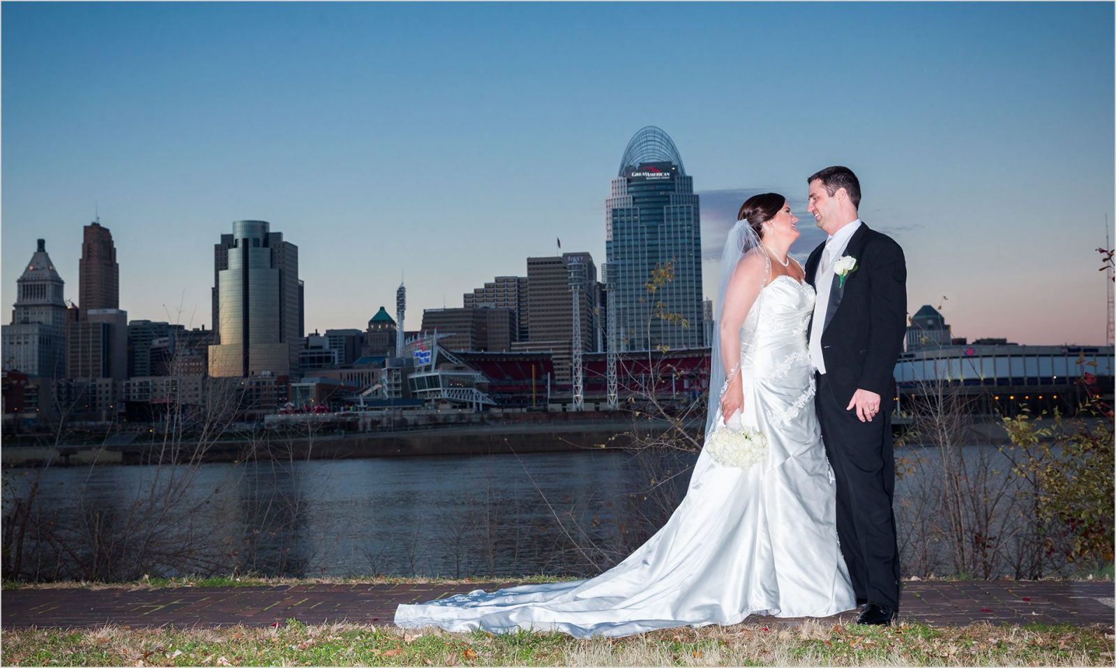 Cincinnati sklyine Wedding picture Bride Groom