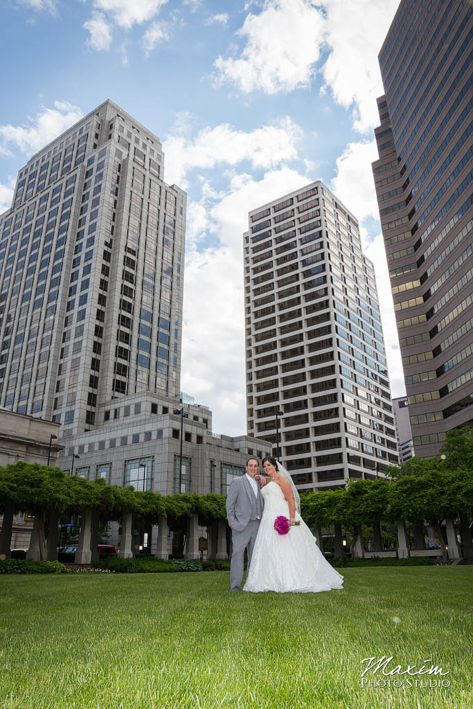 Cincinnati wedding photographers Cincinnati skyline wedding pictures