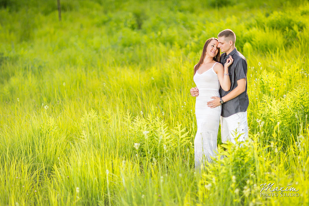 Inniswood columbus engagement grass field photography
