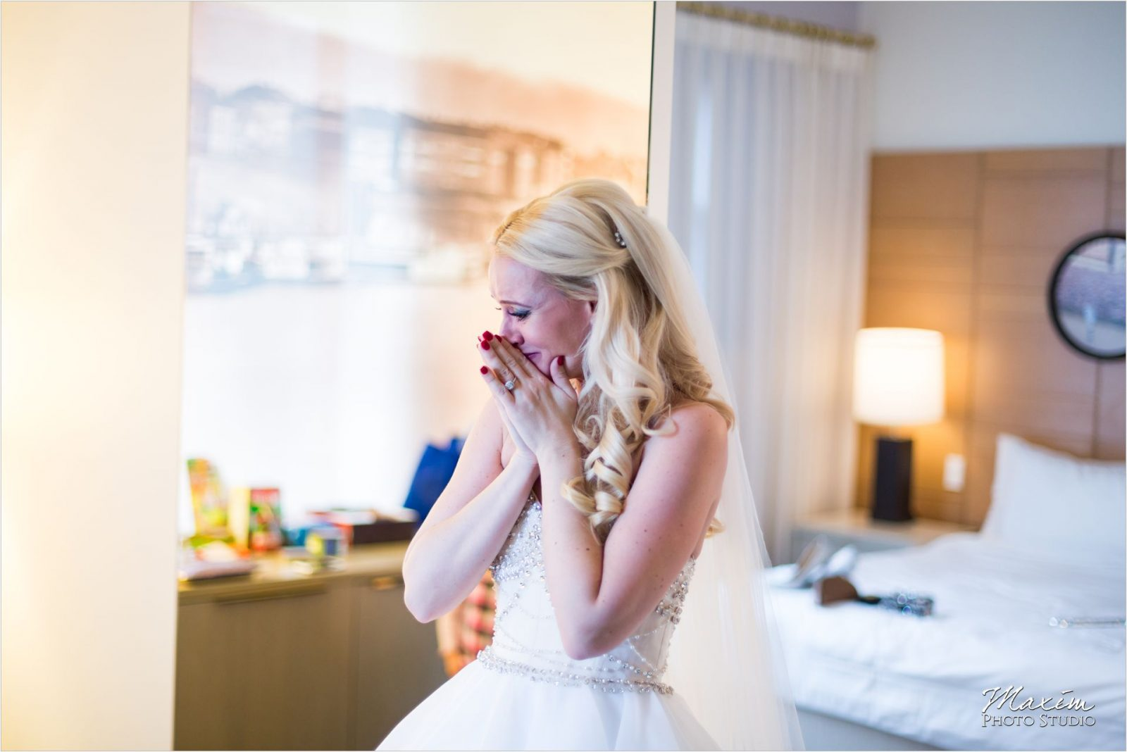 Cincinnati Wedding Photographers 21C Museum Hotel bride wedding preparations