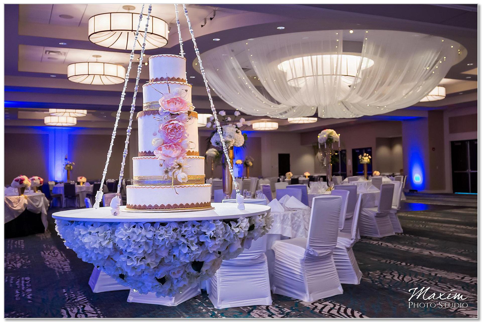 Centre Park West Holiday Inn Wedding Decor reception Cake