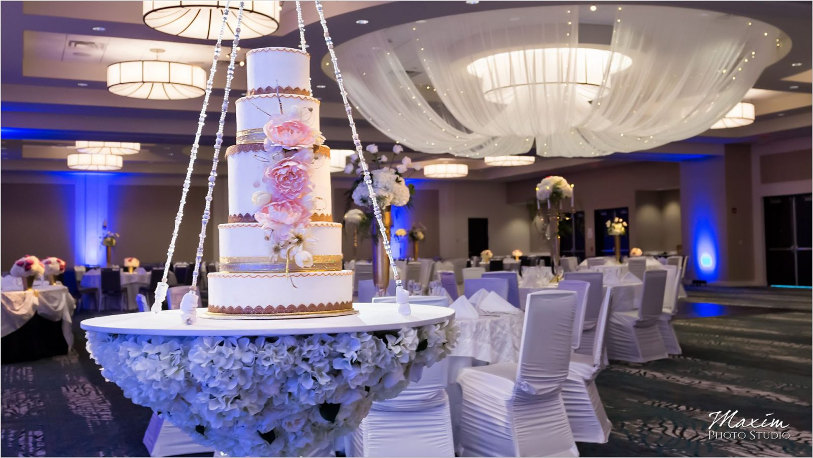 Centre Park West Holiday Inn Wedding Cake
