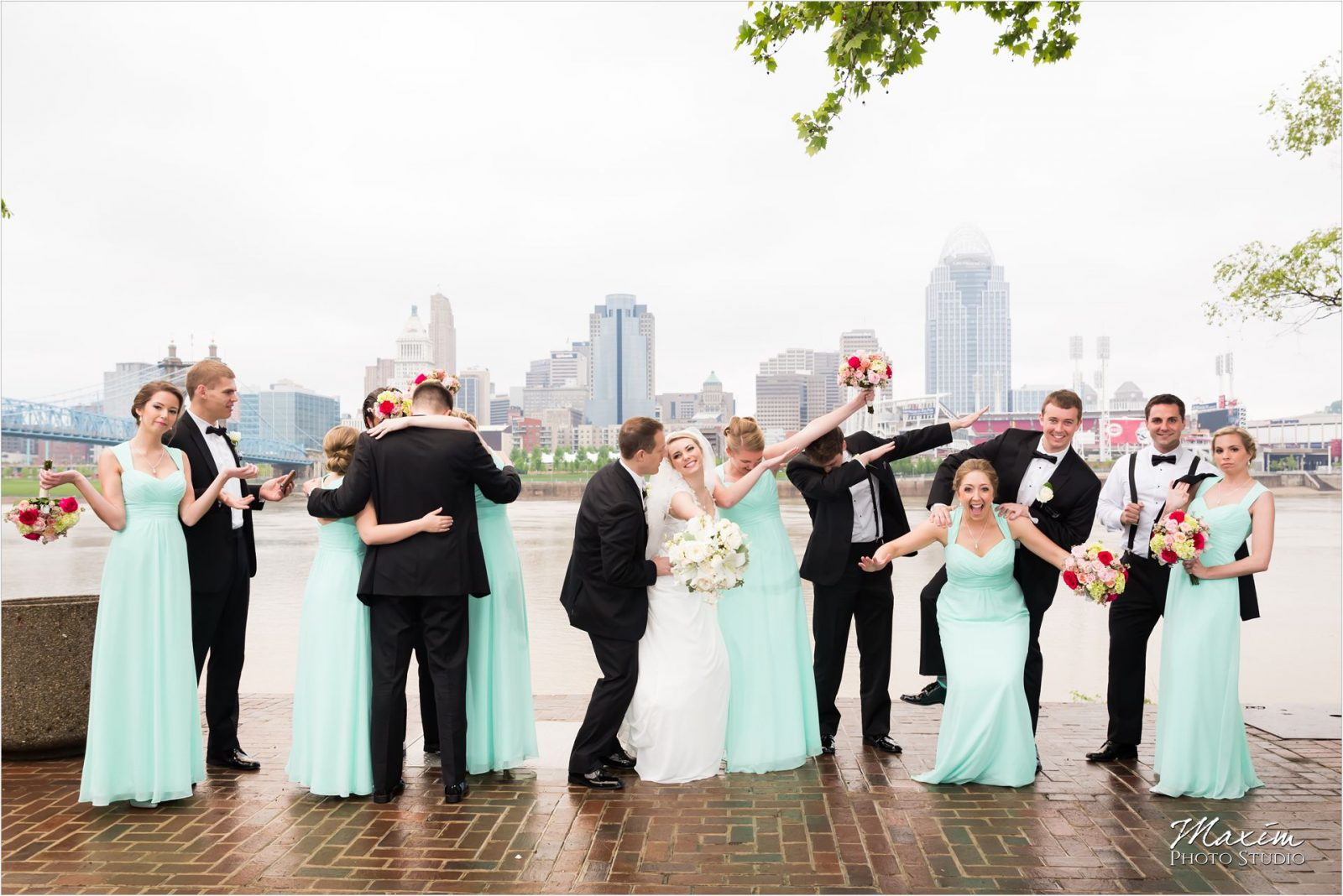 Yeatman's Cove Cincinnati Wedding pictures bride groom bridal party cincinnati skyline