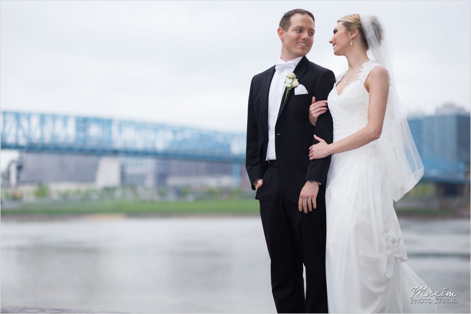 Yeatman's Cove Cincinnati Wedding pictures bride groom