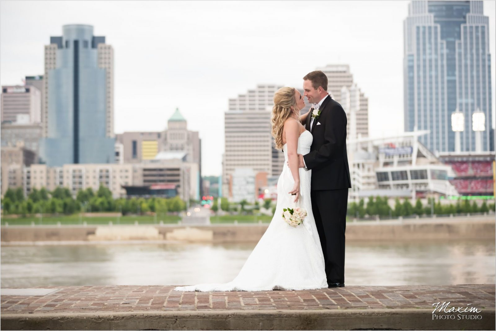 Smale Riverfront Park Cincinnati Wedding Portraits