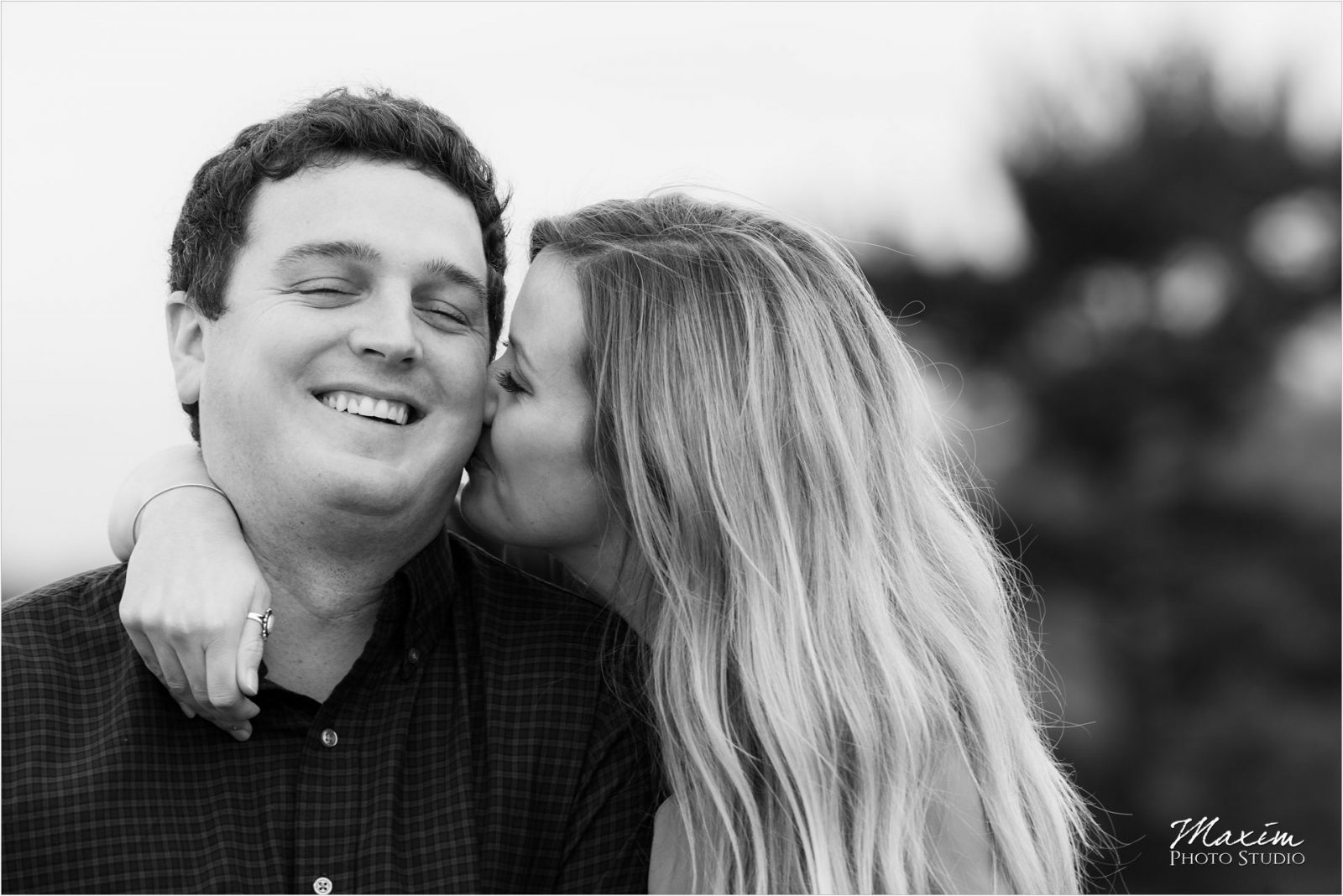 Cincinnati Wedding Photographers Ault Park Engagement couple kissing